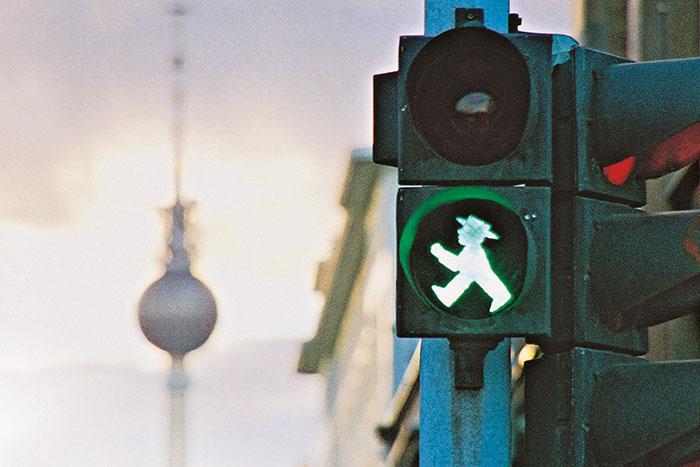 Berliner Ampelmann in der Ampel vor dem Fernsehturm